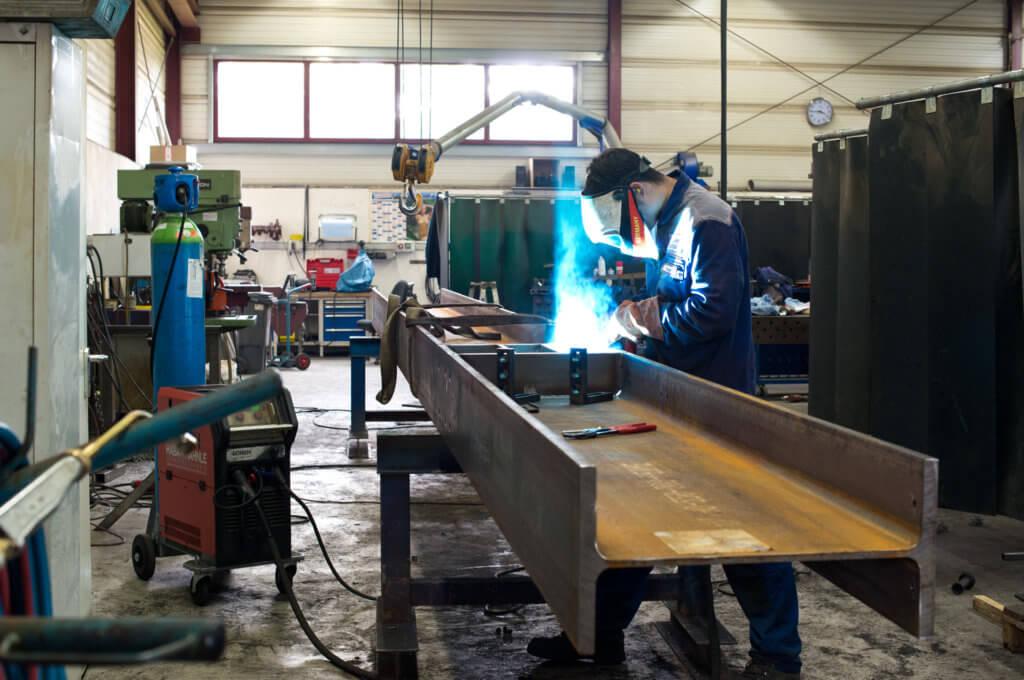 Einschweißen von Versteifungsrippen in einen HEA-600 Stahlträger