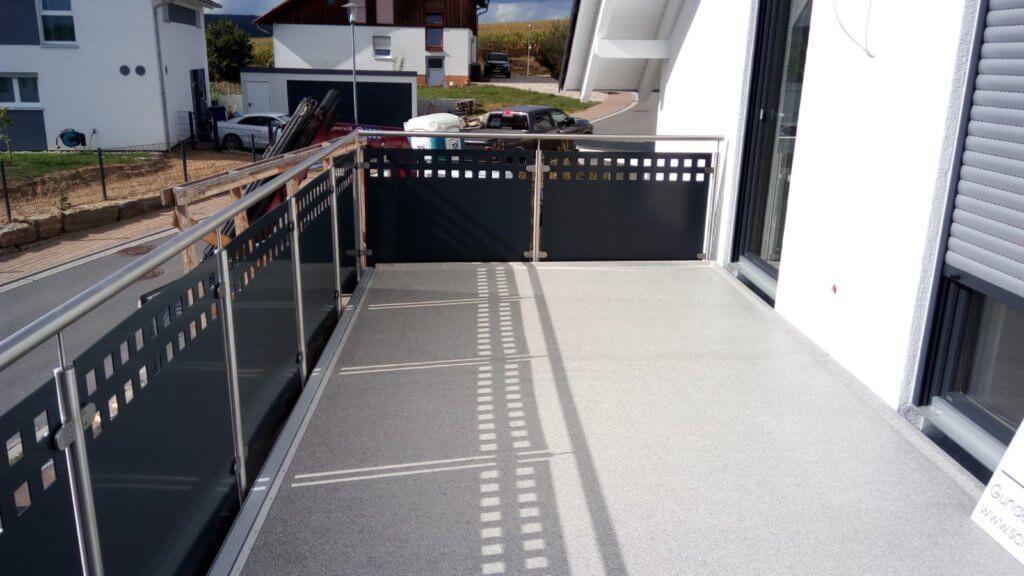 Fertig montierter Balkon mit Edelstahlgeländern